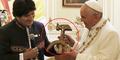 Kontroversi Hadiah Salib 'Palu Arit' Paus Fransiskus dari Bolivia