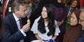 PM Inggris David Cameron dan Maudy Ayunda Makan Pisang Goreng Bareng