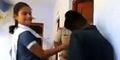 Video ABG India Pukuli Pria Penguntit di Kantor Polisi