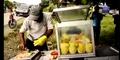 Video Tukang Rujak Joget Dangdut Sukses Pikat Pembeli
