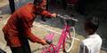 Bocah SD Tolak Hadiah Sepeda 'Bencong' dari Presiden Jokowi