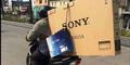 Foto Pria Indonesia Bawa TV LCD Pakai Motor Hebohkan Dunia