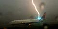 Video Mengerikan Petir Sambar Pesawat di Bandara