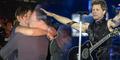 Pria Bule Lamar Kekasihnya di Konser Bon Jovi