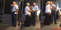 Romantis, Kakek Jemput Istri di Bandara Dengan Membawa Bunga
