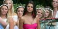 Selena Gomez Ekspos Belahan Dada Pakai Gaun Ketat Pink