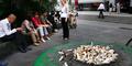 Buang Puntung Rokok Sembarangan di Paris Didenda Rp 1,1 Juta