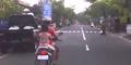 Ibu di Bali Naik Motor Bawa Galon 19 Liter di Kepala