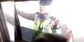 Oknum Polisi Direkam Terima Suap Mendadak Salah Tingkah