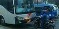 Aksi Nekat Biker Honda Vario Hadang Bus Lawan Arah