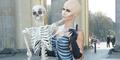 Rayakan Halloween, Model Seksi Micaela Schafer Jadi Tengkorak Telanjang