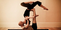 6 Manfaat 'Acroyoga' Kombinasi Akrobat & Yoga