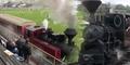 Aneh Banget, Kereta Api Masuk Stadion Sepak Bola