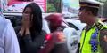 Cewek Centil Dicegat Polisi Ganteng, 'Tilang Hati Saya Pak'
