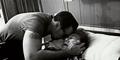 Foto Mengharukan David Naif Cium Ibu yang Meninggal