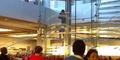 Pria Bawa Samurai Hebohkan Pengunjung Apple Store di AS