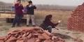 Video Wanita Bangun Rumah Tanpa Alat Bantu Hebohkan Netizen