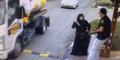 Wanita Palestina Tiba-tiba Menikam Polisi Israel di Pinggir Jalan