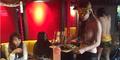 Wow! Pelayan di Restoran Ini Model Cantik Topless