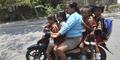 Aksi Ibu-Ibu Di Jalanan Ini Bikin Hati Ketir-Ketir