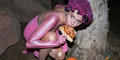 Foto Super Nyentrik, Miley Cyrus Nyaris Bugil Sambil Makan Pizza