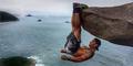 Foto: Aksi Ekstrem Luis Candela Menggantung di Atas Tebing