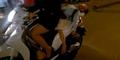 Mama Ikat Anaknya Tertidur di Jok Sekuter yang Melaju
