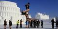 Protes Perburuan Satwa, Penari Ini Nekat Pole Dancing di Musim Salju