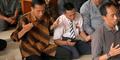 Jokowi Salat 'Ngemper' Tanpa Sajadah Disanjung Netizen