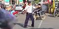 Polisi Keren Atur Lalu Lintas Sambil Menari Moonwalk