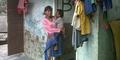 Tak Mampu Bayar Kontrakan, Nenek Ajak Cucu Tinggal di Toilet