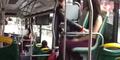 Asyik, Tontonan Gratis! Mbak ini Mendadak Copot Baju di Bus