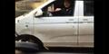 Super Pelit, Sopir Minivan Ini Tetap Gunakan Ban Nyaris Lepas