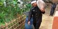 Warga Miskin SMS Kelaparan ke Bupati, Langsung Dikirim Beras Sekarung