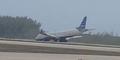 Ban Depan Macet, Pesawat Mendarat Darurat dengan Dramatis