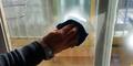 Cara Bersihkan Kaca dari Bekas Stiker Pakai Pembasmi Serangga