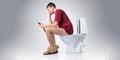 Dampak Buruk Gunakan Ponsel di Toilet