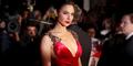Foto Bergaun Merah, Gal Gadot Pamer Belahan Dada Seksi di Inggris