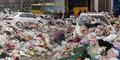 Parkir Ngawur, Sedan Mewah Disiram Sampah Satu Truk
