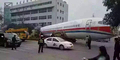 Pesawat Belok di Jalan Bikin Heboh Warga Tiongkok