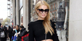 Pakai Rok Mini, Area Intim Paris Hilton Kelihatan