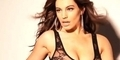 Behind The Scene Kelly Brook Tampil Topless di Kalender 2013