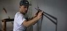 Keren, Seniman Jalanan Bikin Grafiti Pakai Pita Kaset