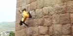 Video Aksi Jyoti Raju, Raja Monyet dari India Panjat Dinding dengan Tangan Kosong