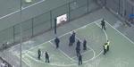 Kocak, Hindari Polisi Pendemo Nyangkut di Ring Basket