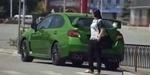 Mobil Berubah-ubah Warna, Pejalan Kaki Heboh Sendiri