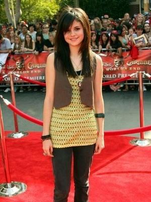 Revolusi Gaya Glamour Selena Gomez Sepanjang Karirnya