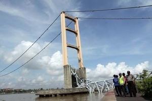 Inilah Foto Lengkap Runtuhnya Jembatan Kertanegara