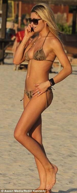 Model Abbey Crouch dengan Bikini Minim di Pantai Dubai