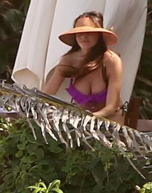 Tali Bikini lepas, Payudara Sofia Vergara Menyembul